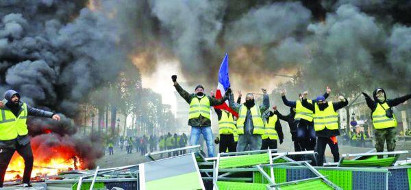 """Dupa declansarea protestelor pe fondul scumpirii motorinei ca parte a reformelor ecologiste ale preşedintelui Emmanuel Macron, acesta declara intr-un interviu pentru Der Spiegel:""""Francezii vor să aleagă un rege, însă ar vrea să-l poată izgoni oricând li se pune pata. Trebuie să fii pregătit să fii defăimat, insultat şi batjocorit ñ este în natura francezilor."""""""